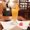 武蔵野茶房 - 料理写真:オレンジ果汁とメイド姿のおねいさん