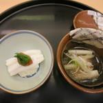 神楽坂ささ木 - 銚子産金目鯛とウルイのみぞれ掛け 宍道湖産白魚の蒸し寿司 梅肉乗せ