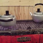 中野ウロコ本店 - 左が緑茶、右が熱燗