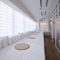 白を基調とした店内は、自然光が差し込む柔らかな空間です。