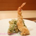 紫長 - 春野菜の天ぷら ・ふきのとう ・たらのめ ・菜の花 ・えび 薄味の麺つゆで。でも塩気が欲しかったら雪塩で。