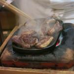諸菜 匠 - 料理写真:鴨肉を焼いてるところ