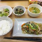 福岡薬院タニタ食堂 - 週替わり定食880円。副菜や汁物も含めて、1食で200gの野菜が摂れるそうです。