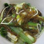 福岡薬院タニタ食堂 - 貝割れ大根のもずく和え。貝割れ大根やきゅうりも沢山入っており、歯応えを楽しめます。