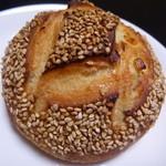 ブーランジュリー・マルゼルブ - 柚子とクリームチーズの ゴマのパン ¥280