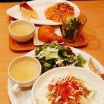 サンセット カフェ ダイニング - ごはんランチ(手前)とパスタランチ(奥)、日替わりランチは行くのが楽しみになります!!