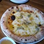 ピッツァ&ビストロ ジーノ - ランチのピザ。クアトロフォルマッジ。