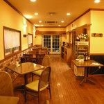 カフェマノワール - 暖かい色目で落ち着いた雰囲気の店内でした