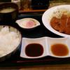 とんかつ 深田 - 料理写真:ロースカツ定食 右はにんにくポン酢