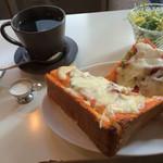 砂時計 - ピザトーストとコーヒー