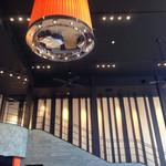 ヴェント モデルノ メインダイニング - ウエディングも出来るイタリアンレストランだけあって、上からの階段も広々としています。