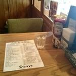 シェリーズバーガーカフェ - 入口の席