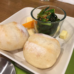パーネ ディ トゥッティ - パンとチーズと小松菜サラダ