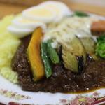 かれーの店 ポカラ - ナス、インゲンカボチャ、野菜が豊富に入り上からはチーズ