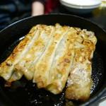 35271001 - 鉄鍋餃子500円。味付けしなくてもそのままいける。