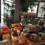 サッポロ珈琲館 - 1階フロア、菓子等も販売、贈り物にも喜ばれそうです。