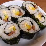 韓国石鍋 ハコイチ - 韓国のりで巻いたキンパ(韓国風のり巻き)たくあん、きゅうり、タマゴ焼き、味付けひき肉が入ってます。450円。ゴマも入っててゴマ好きの人はぜひ!!