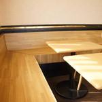 神戸サンドウィッチ工房 - ウッディーでカジュアル感のある店内