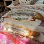 神戸サンドウィッチ工房 - タルタルフィッシュサンド、チーズ、キャベツ、きゅうりが入っています、魚は鯵のように思いました