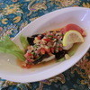タマンサリ - 料理写真:メナド料理、生の玉葱 唐辛子 ハーブ レモンで甘辛く味付けし皮目をパリッとフライパンで焼いた白身魚に絡めた一皿