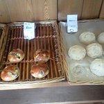 3531358 - 黒豆きなこパン¥136(写真右)と黒豆パン(写真左)¥136