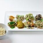 トータルフーズ - デリプレート(8種) 8種類のデリを1プレートに盛り付けます。玄米ごはん付。