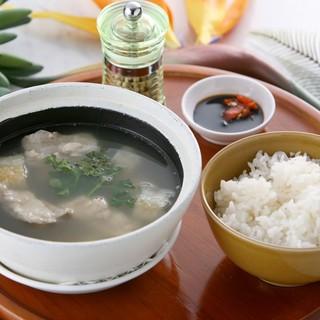 ◆シンガポーリアンの朝食の定番、肉骨茶(バクテ)