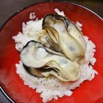 かき小屋フィーバー@BLUE JAWS 名古屋烏森店 - 牡蠣ごはん にガンガン焼きの牡蠣をのせてポン酢を少々かけて頂きました。