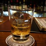 35374459 - 氷は綺麗に刻まれ、丁寧に注がれたお酒が楽しい。