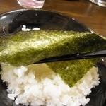 横浜家系ラーメン 中野家 - 【海苔の食べ方③】ライスを巻いて食べる