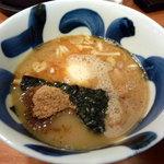 麺や葵 - 魚粉の浮いたつけ汁