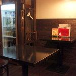 めし屋みづ - テーブル席周辺