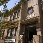 ハaハaハa - レトロな丸窓が印象的な大阪市都市景観資源に登録されている天満屋ビル