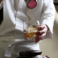 美しい琥珀色の紹興酒は、10年以上熟成されたものばかり