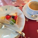 35461592 - 季節のフルーツタルトとコーヒー