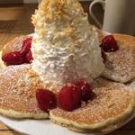 エッグスンシングス - パンケーキ ストロベリー、ホイップクリームとマカデミアナッツ  1,100円