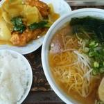 新華苑 - 料理写真:本日の日替わり850円 ラーメン、ザンキのカレー煮、小ライス。