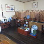 箸折茶屋 - 店内には、焼物や古い家具も飾られていました。