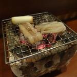 旬鮮炭火焼 獺祭 - お通しは七輪で焼く「ヤリイカ」の炭焼