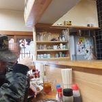 荏原食堂 - カウンターのみの店内は喫煙天国
