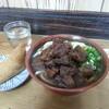 柴山 - 料理写真:小盛りうどん&肉大盛。いなり。自家製漬物。