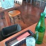 ダイニングカフェ・オーパ - お水はボトルで、荷物入れ完備