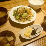 ひびか食堂 - ニラ豚炒め定食 ¥880(税込)。昼間から野菜がいっぱい食べられる定食です。小鉢にも全く手抜きありません。