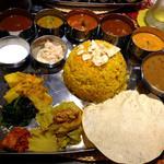 南國堂 - インド定食1,400円 まずはライスの上のパパドを砕いてご飯に乗せてからカレーを掛けます