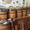 なかはら珈琲工場 - 内観写真:樽の上に各種珈琲豆が