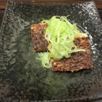 十割蕎麦みかあさ - 次いで油揚げの蕎麦味噌焼。もちろん日本酒にドンピシャです。