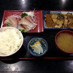 鈴女 - ぶり刺身とサバ味噌煮