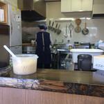 茂七 - 厨房内で女将が支度