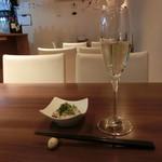 ぼくらの食卓 - 料理写真:泡、カバ。付き出しは牡蠣。ひとりで静かに飲もう~♡
