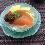 チャイナシャドー - フルーツたっぷり杏仁豆腐